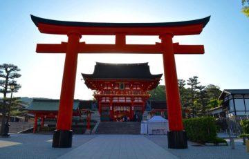 伏見稲荷大社の楼閣(鳥居の奥の建物)