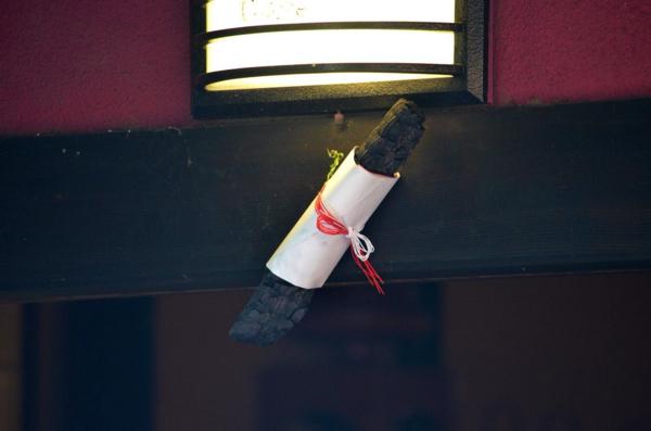 ふもとのお店に飾られている立派な消し炭