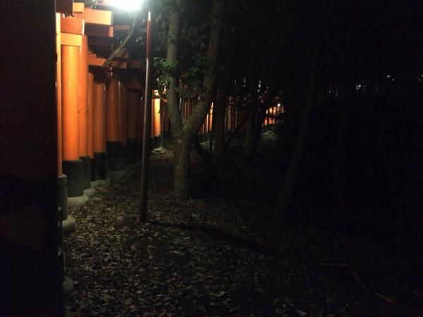 鳥居の外側からはいろいろな物音が聞こえる!