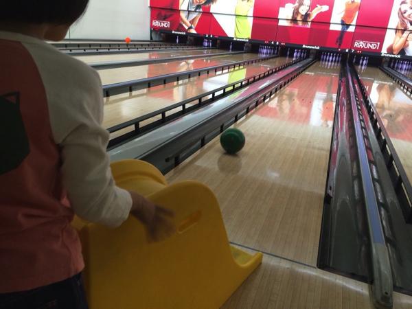 このすべり台を使ってボールを転がす!