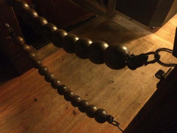 真っ暗闇の中、大きな数珠だけが頼り