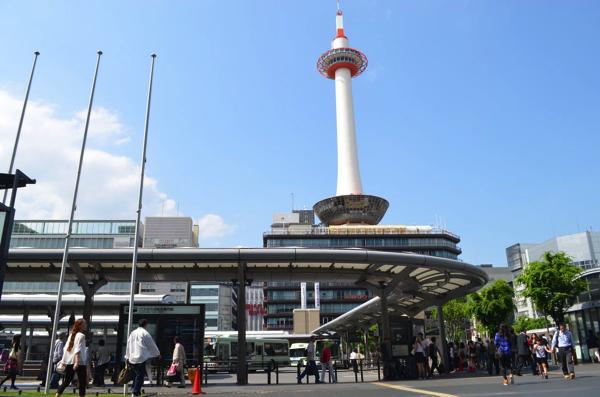 中央口から出ると目の前に京都タワー