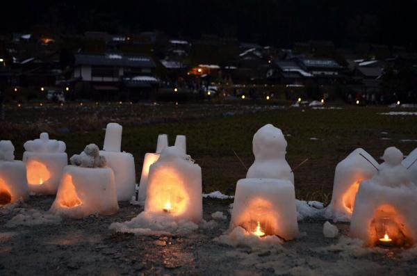 早くも雪灯籠に火が灯っている