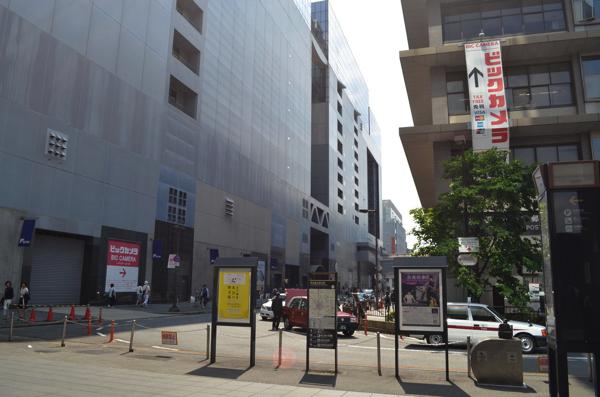 京都中央郵便局と京都駅ビルの間の道路