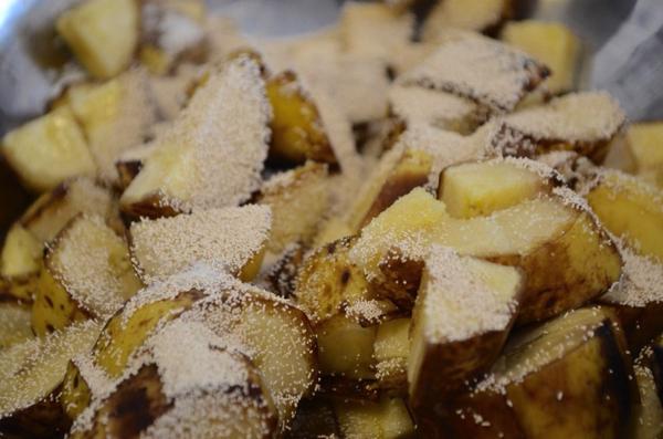 砂糖とドライイーストをかけたバナナ