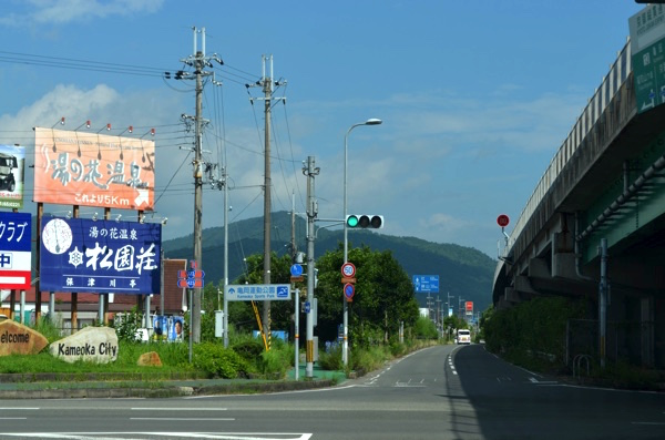 「亀岡」インターの出口