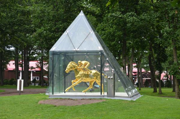 ケンタッキーダービー馬・フサイチペガサスの黄金像