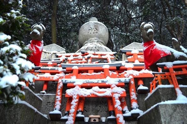 雪の日の稲荷山「大松大神」