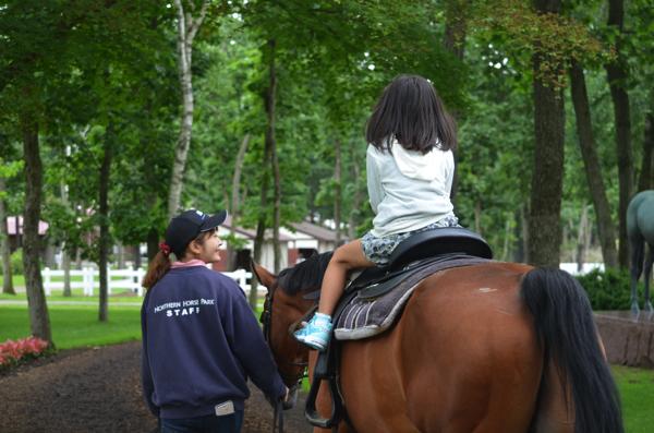 [北海道・苫小牧]ノーザンホースパークで子どもがはじめての乗馬体験! | ごりらのせなか