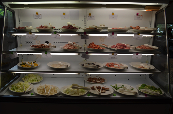 いろいろな種類のお肉が用意されている