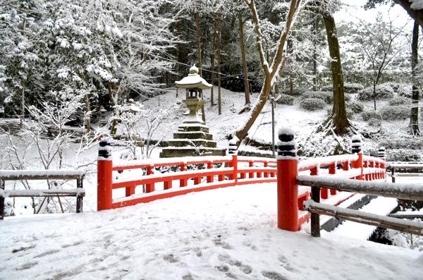雪の日の伏見稲荷「十石橋」