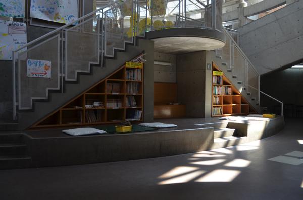階段の下には図書コーナーも!