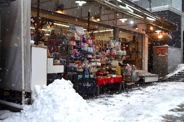 雪の日の伏見稲荷で働く人たち