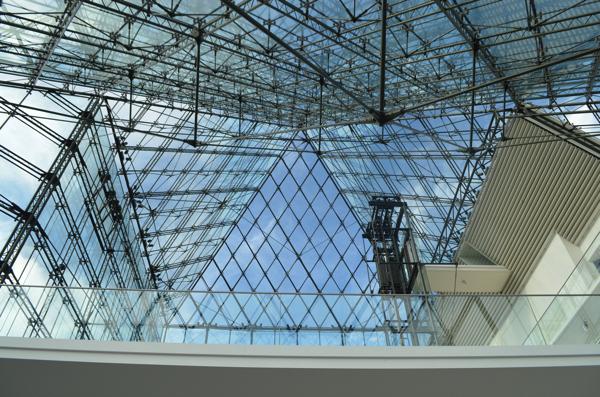 ピラミッドの中から見上げる