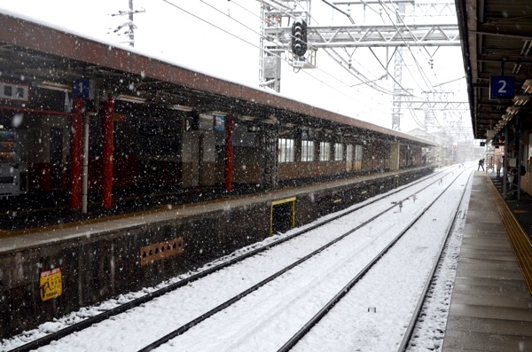 雪の日の京阪「伏見稲荷」駅