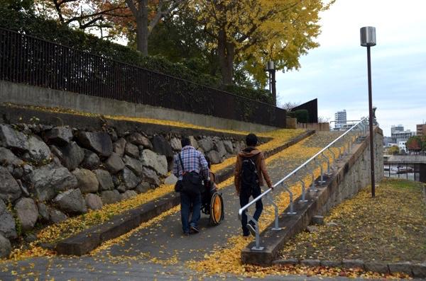急な坂道は自走の車椅子では無理!