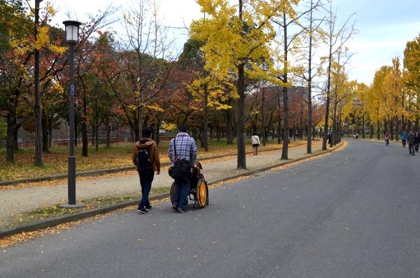 週末の大阪城公園は人が多い