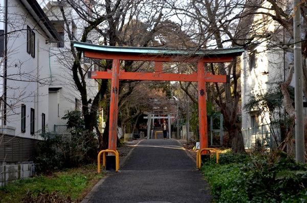 花山稲荷神社の東側の参道