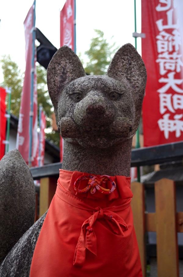 花山稲荷神社のきつね像(左側)