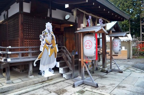 本殿前に設置されている「小狐丸」