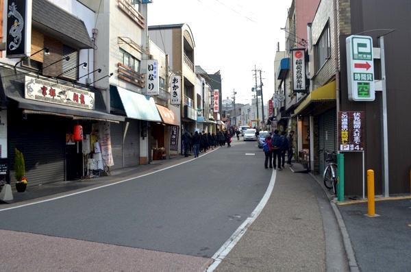 伏見稲荷大社へ続く道