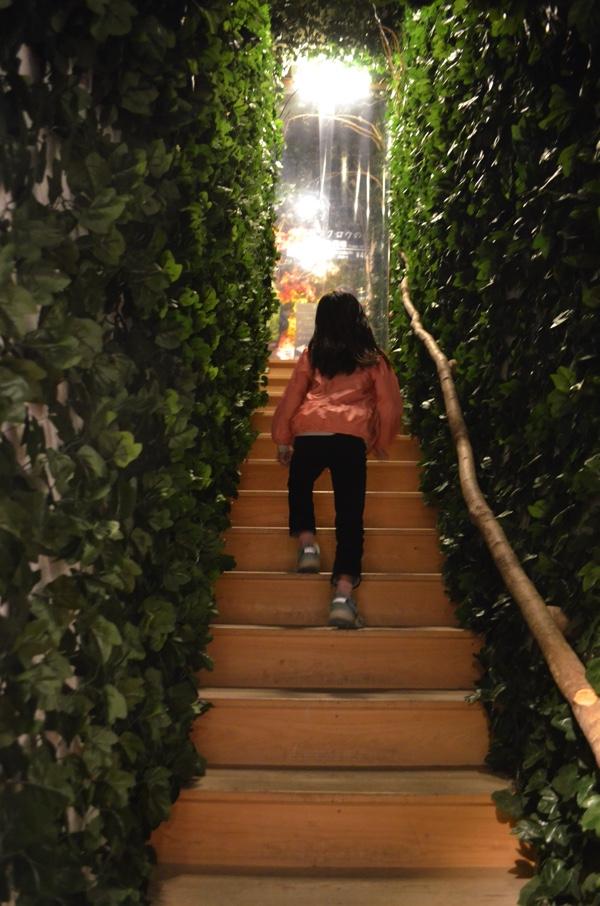 お店までは細い階段を上がる