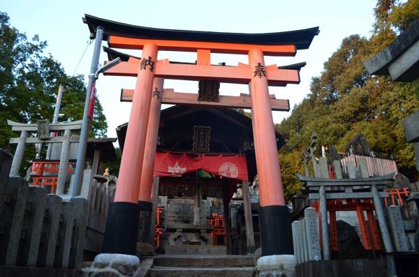 階段の一番上が田中社(権太夫大神)