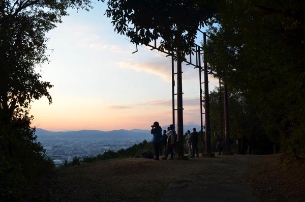 夕陽にカメラを向けている人たち