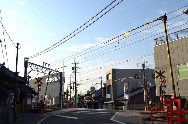 JR奈良線「稲荷」駅の南側にある踏切
