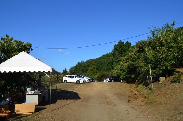 左側にあるテントが受付