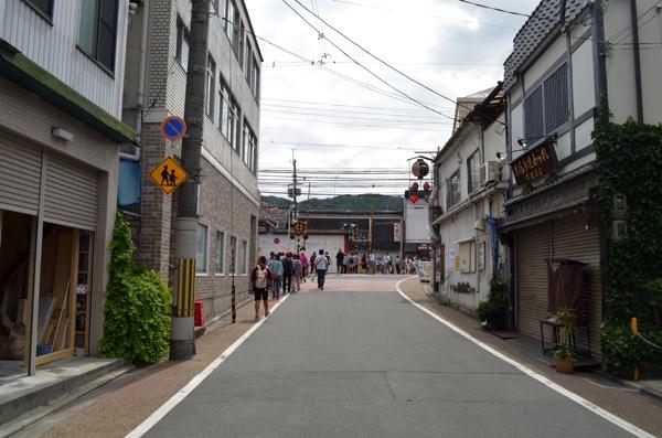 少し歩くと京阪「伏見稲荷」駅がある