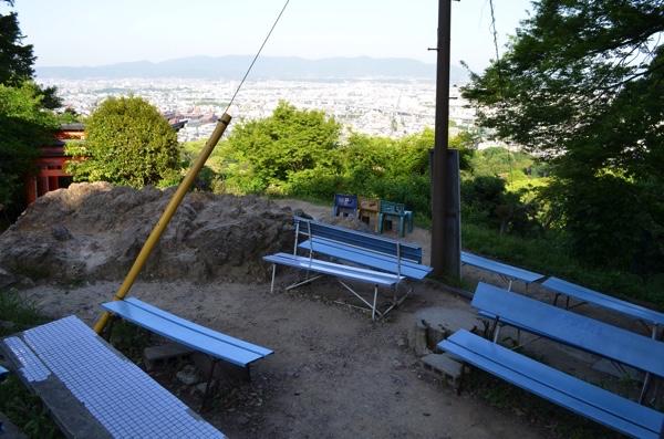 四ツ辻にはベンチが設置されている