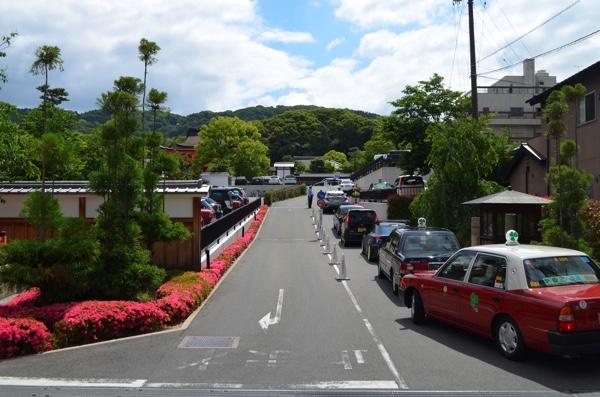 伏見稲荷大社の境内の駐車場