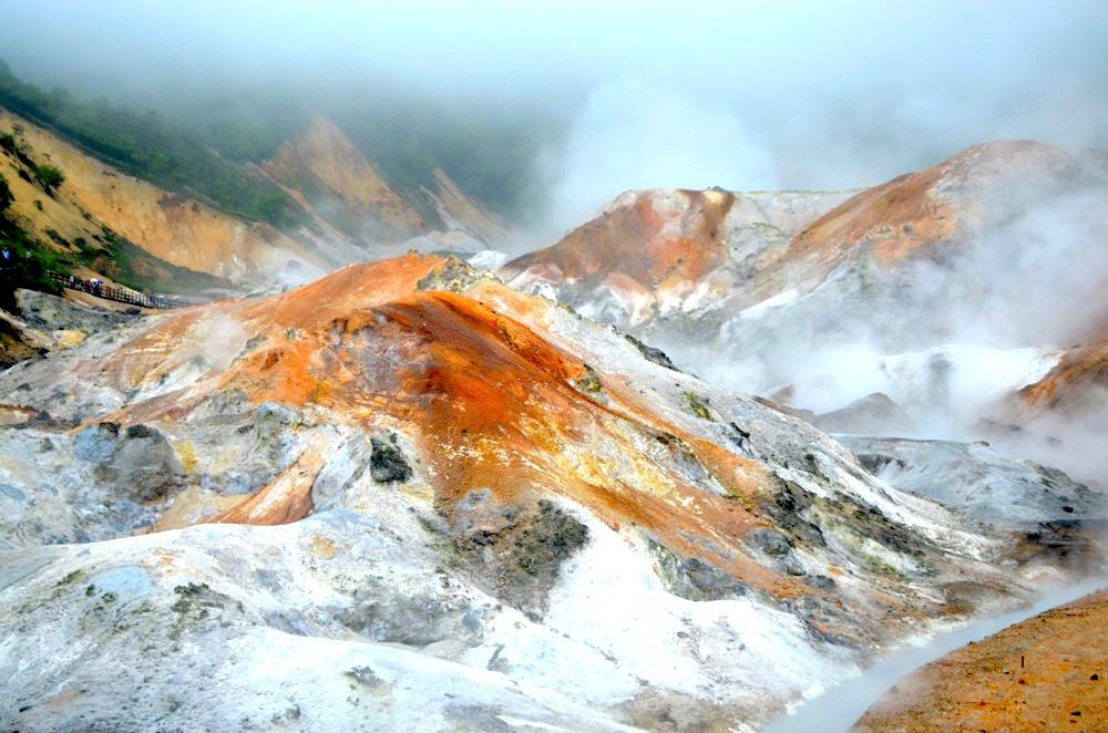 霧と湯気に包まれる地獄谷