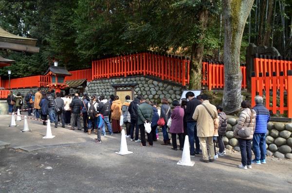 「おもかる石」に並ぶ行列