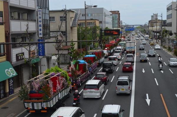 油小路通に並ぶ稲荷祭のトラック