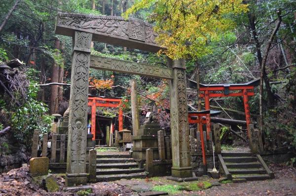 [京都・深草トレイル]大岩神社への道のりが精神的に超過酷! まむし、倒木、石鳥居!! | ごりらのせなか