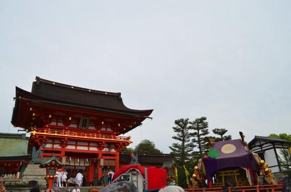 伏見稲荷大社の楼門とお神輿
