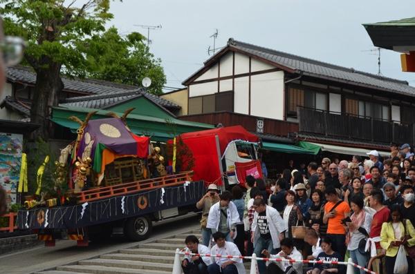 稲荷祭ではトラックが通行する