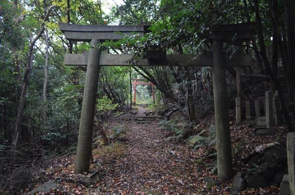 左側の道は大岩神社へ続く