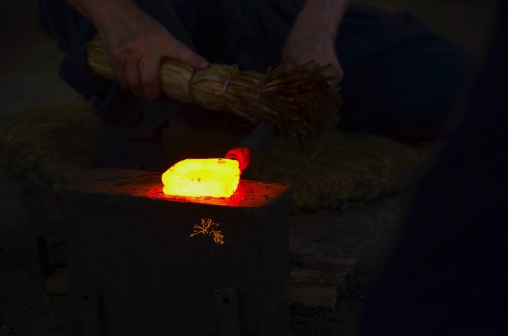 高温で熱されて輝いている鋼