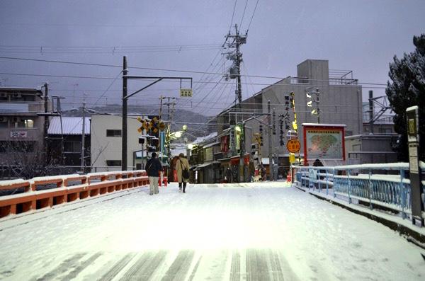雪の日の伏見稲荷(琵琶湖疎水の橋の上)