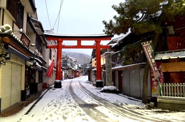 雪の日の伏見稲荷「裏参道」