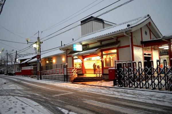 雪の日のJR奈良線「稲荷」駅前