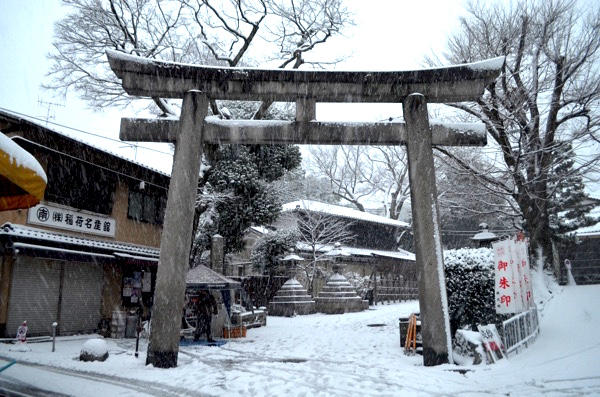 雪の日の伏見稲荷「裏参道の石鳥居」