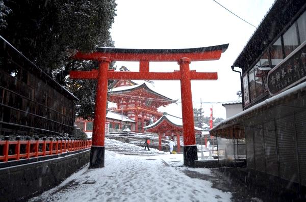 雪の日の伏見稲荷「裏参道から見た楼門」