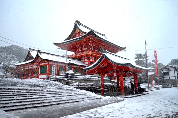 雪の日の伏見稲荷「楼門と手水舎」