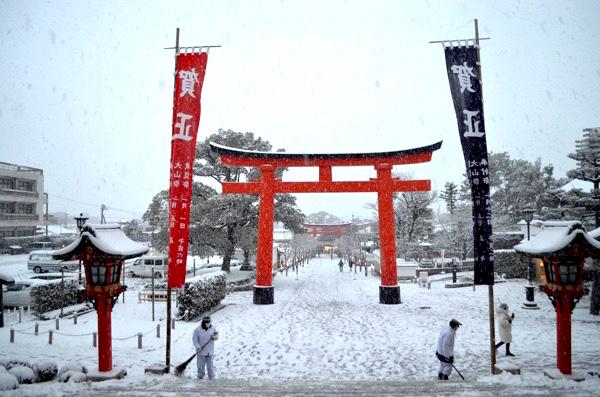 雪の日の伏見稲荷大社「楼門から見た表参道」