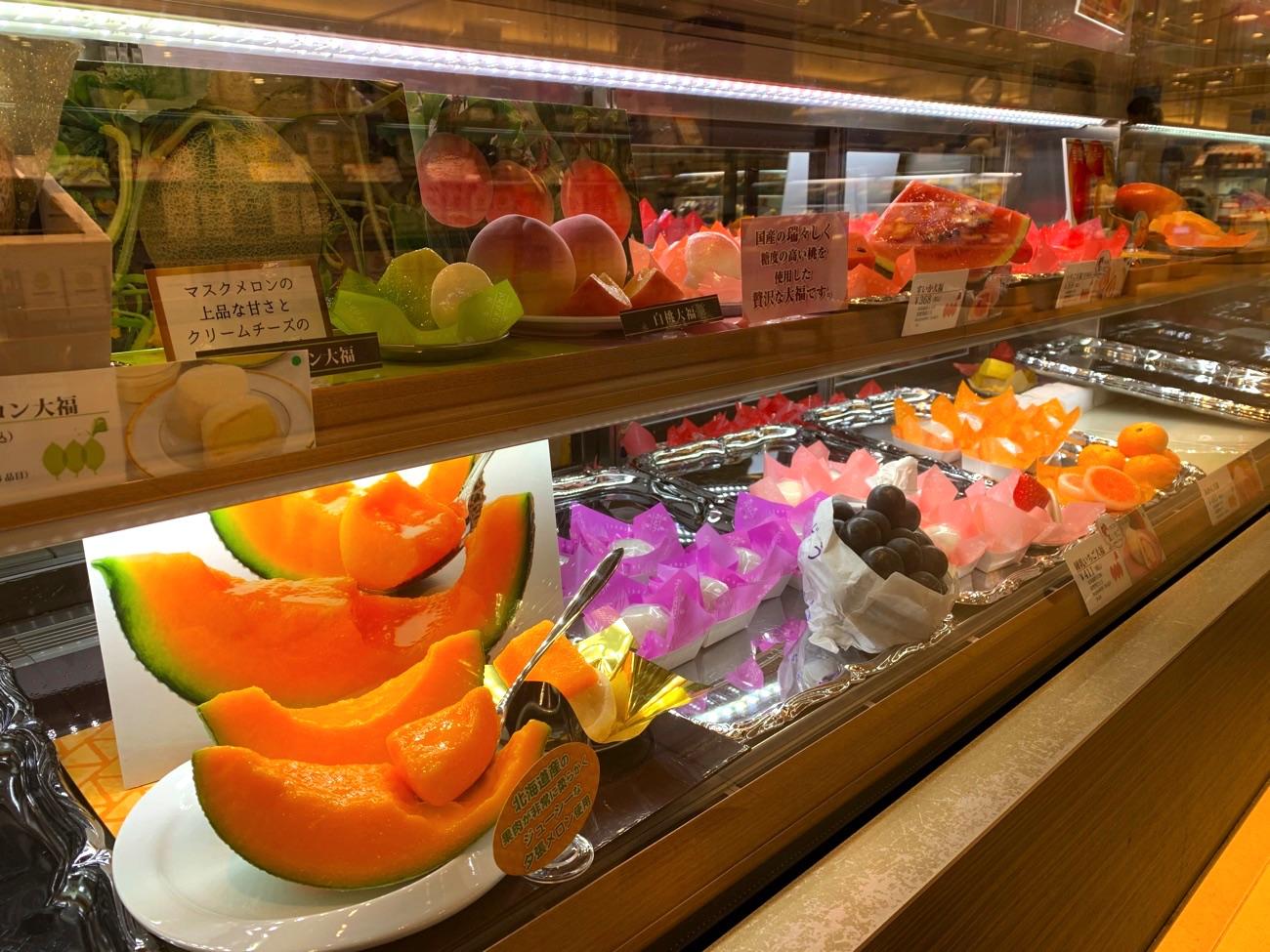 旬の果物の大福が店頭に並ぶ