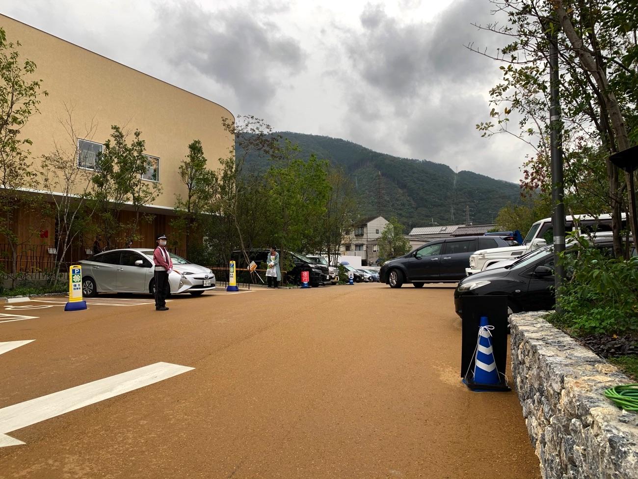 平日でも駐車場はほぼ満車